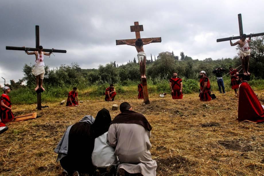 Cristãos libaneses reencenam a crucificação de Jesus Cristo, durante as celebrações da Sexta-Feira Santa na aldeia al-Qurayeh no sul do Líbano - 19/04/2019