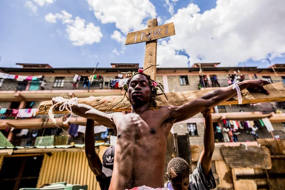 Devotos cristãos reencenam a Via-Sacra durante uma procissão da Sexta-Feira Santa na favela de Kibera, em Nairóbi, no Quênia - 19/04/2019