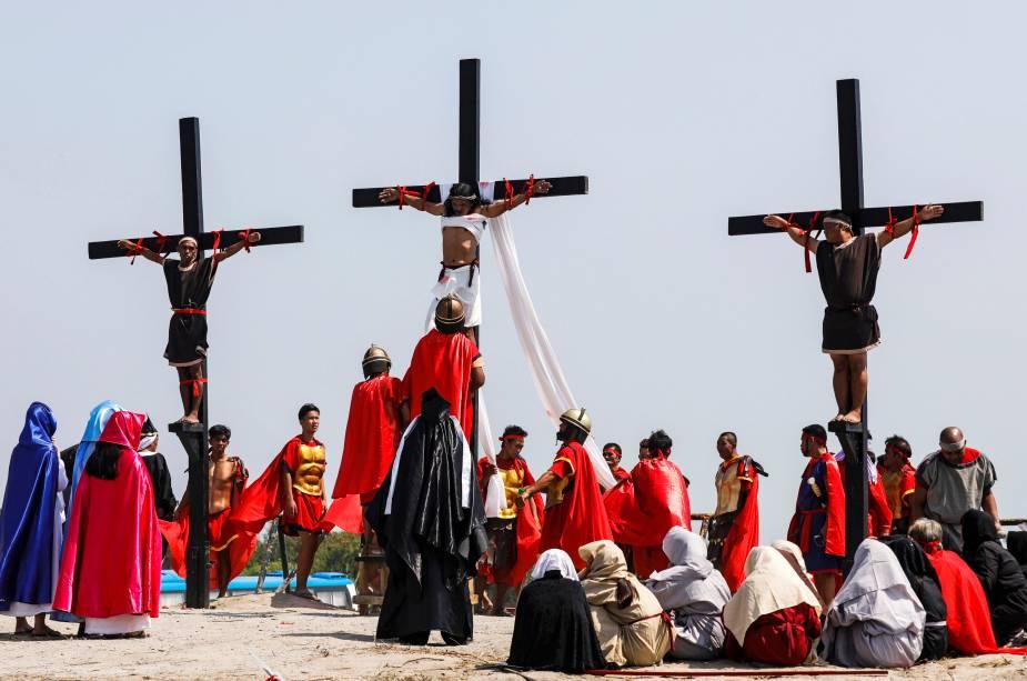 Fiéis filipinos são pregados em cruzes de madeira durante uma reencenação da crucificação de Jesus na Sexta-Feira Santa, na cidade de San Fernando, província de Pampanga - 19/04/2019