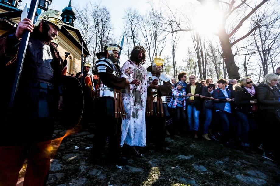 Atores encenam a Paixão de Cristo como parte das celebrações da Sexta-feira Santa no Santuário de Kalwaria Zebrzydowska, perto de Cracóvia, Polônia - 19/04/2019