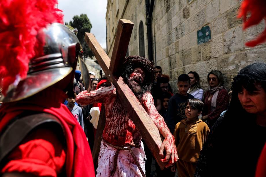 Fiéis reencenam a Paixão de Cristo ao longo da Via Dolorosa durante uma procissão da Sexta-Feira Santa na Cidade Velha de Jerusalém - 19/04/2019
