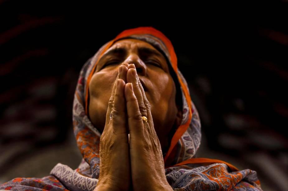 Mulher faz oração durante a celebração da Sexta-feira Santa na Catedral de São João em Peshawar, no Paquistão - 19/04/2019