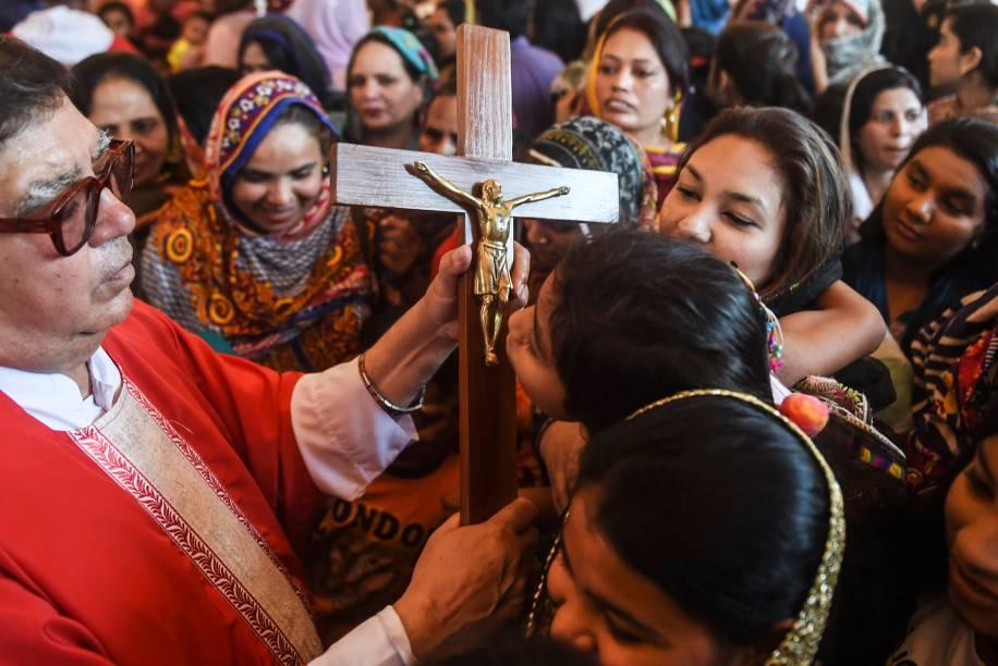 Cristãos paquistaneses beijam um crucifixo durante um celebração da Sexta-Feira Santa na igreja de Santo Antônio em Lahore - 19/04/2019