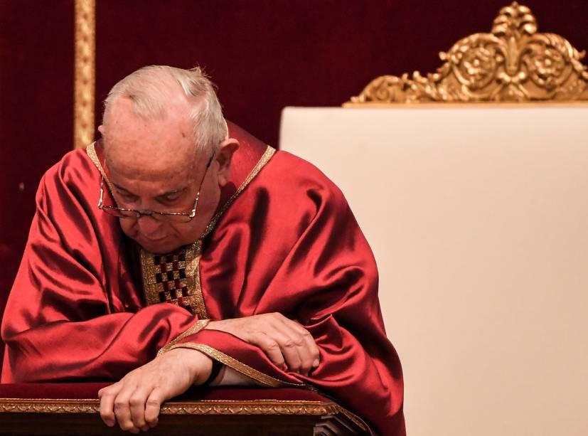 Papa Francisco reza durante a Celebração da Paixão do Senhor na Sexta-Feira Santa na Basílica de São Pedro - 19/04/2019