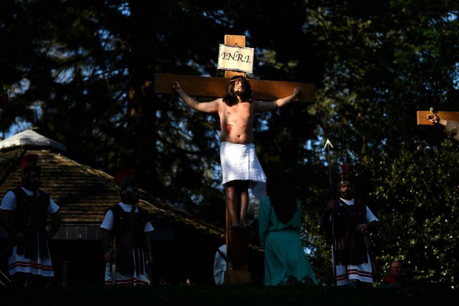 Atores amadores reencenam a crucificação de Jesus Cristo durante a Sexta-Feira Santa em Wuppertal, no oeste da Alemanha - 19/04/2019