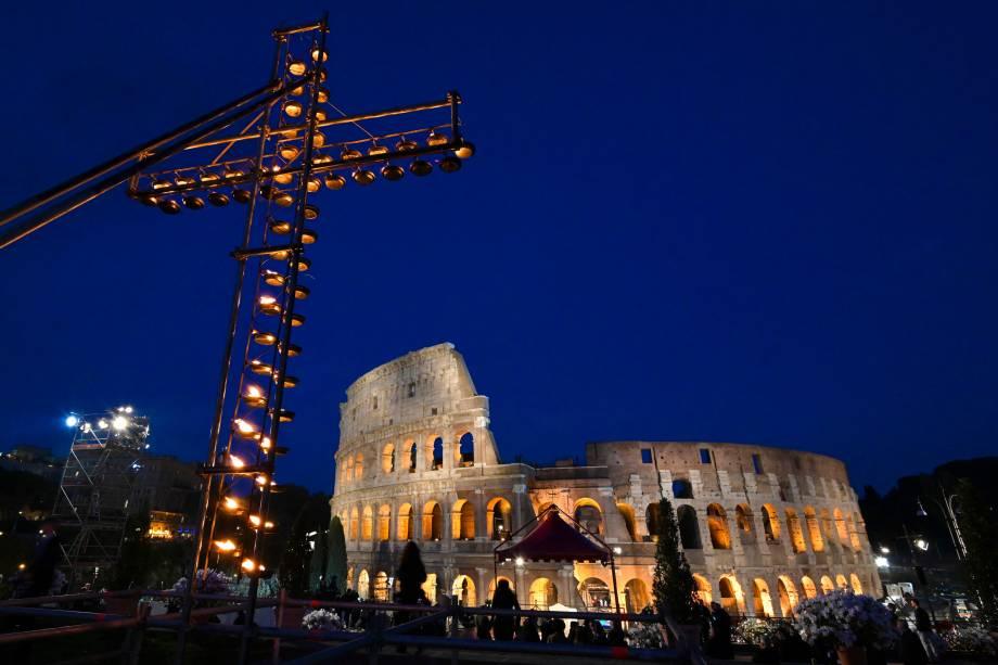 Cruz acesa com velas é xeposta em frente ao Coliseu antes da chegada do Papa para a procissão da Sexta-feira Santa, em Roma - 19/04/2019