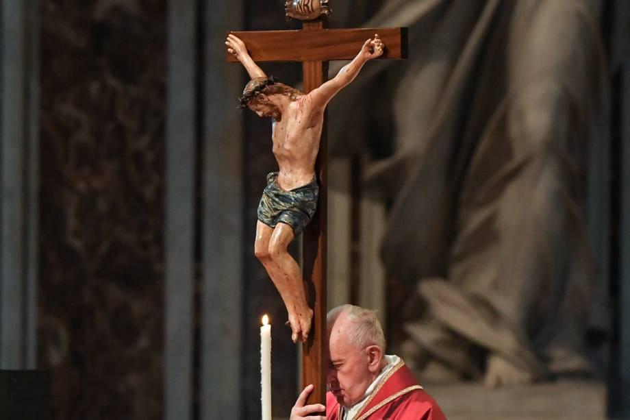 Papa Francisco carrega um crucifixo durante a Celebração da Paixão do Senhor na Sexta-Feira Santa na Basílica de São Pedro, no Vaticano - 19/04/2019