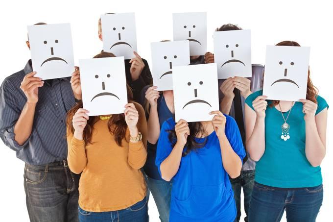 Grupo de pessoas com rostos tristes