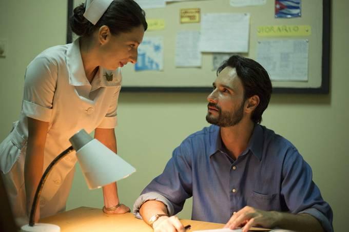 Maricel Álvarez e Rodrigo Santoro em cena de 'O Tradutor'