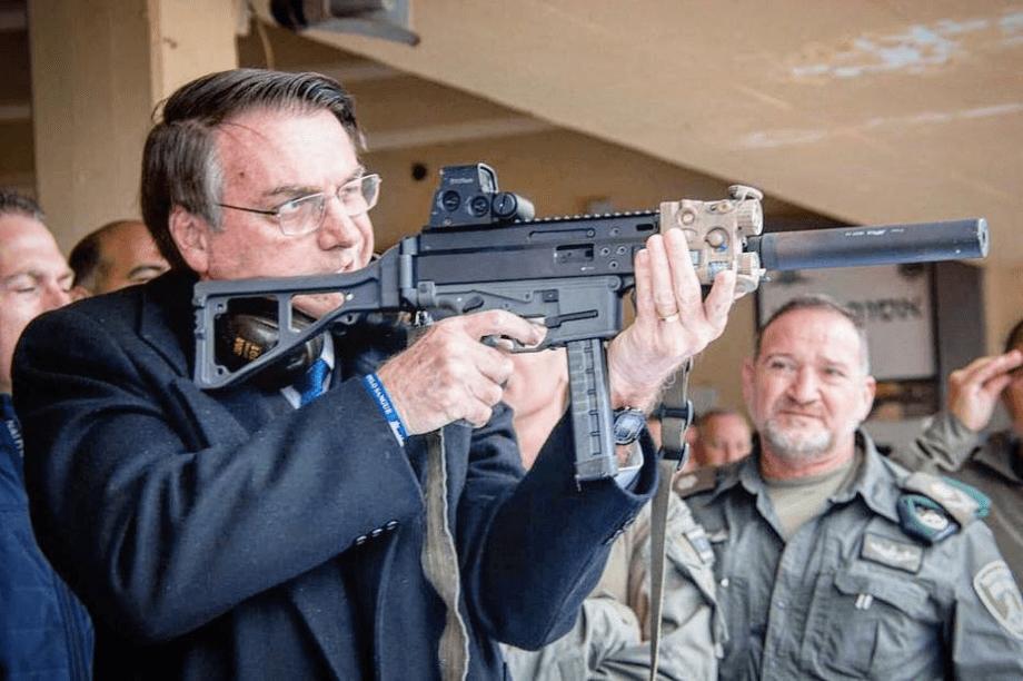 Presidente Jair Bolsonaro usa arma em viagem a Israel