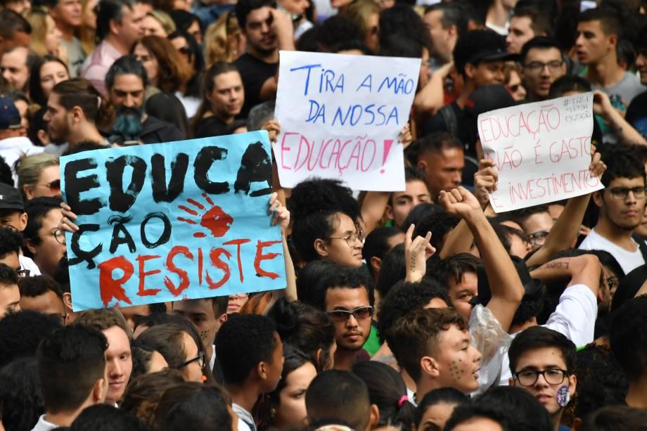Estudantes com cartazes durante protesto contra os cortes na área da educação e pesquisa anunciados pelo Governo Federal, em São Paulo - 15/05/2019