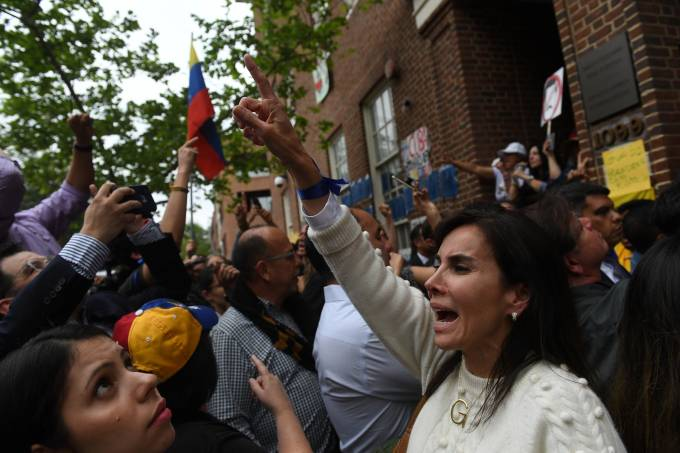 Supporters of Venezuelan opposition leader Juan Guido demonstrate outside the Venezuelan embassy occupied by Nicolas Maduro supporters in Washington