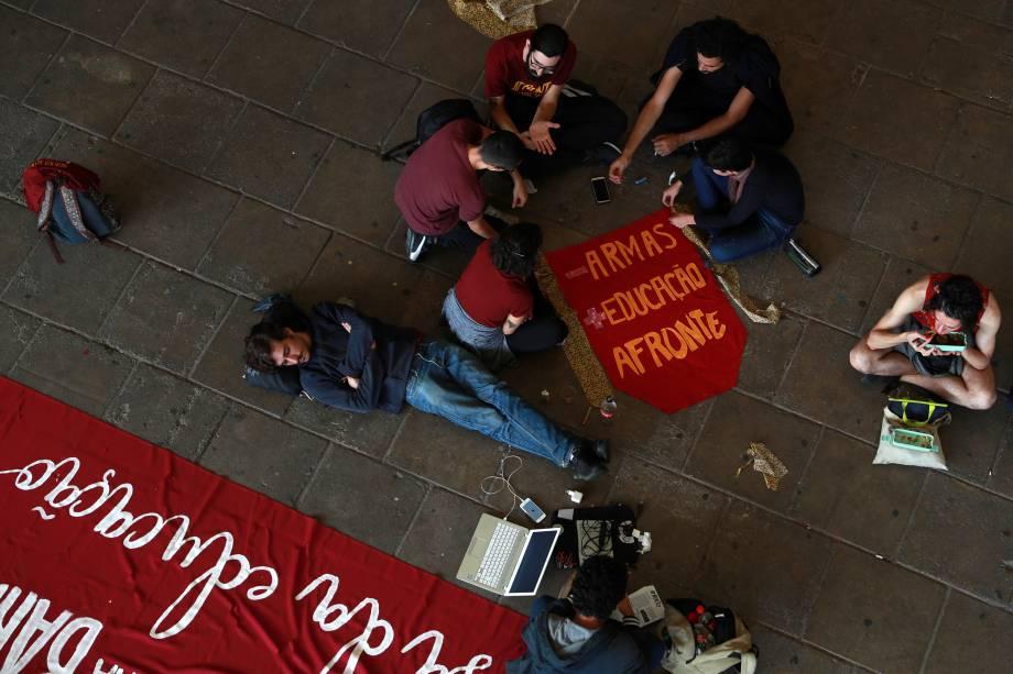 Alunos da Universidade de São Paulo (USP) se reúnem antes de protesto contra cortes nos gastos federais em educação superior anunciados pelo governo Bolsonaro - 15/05/2019