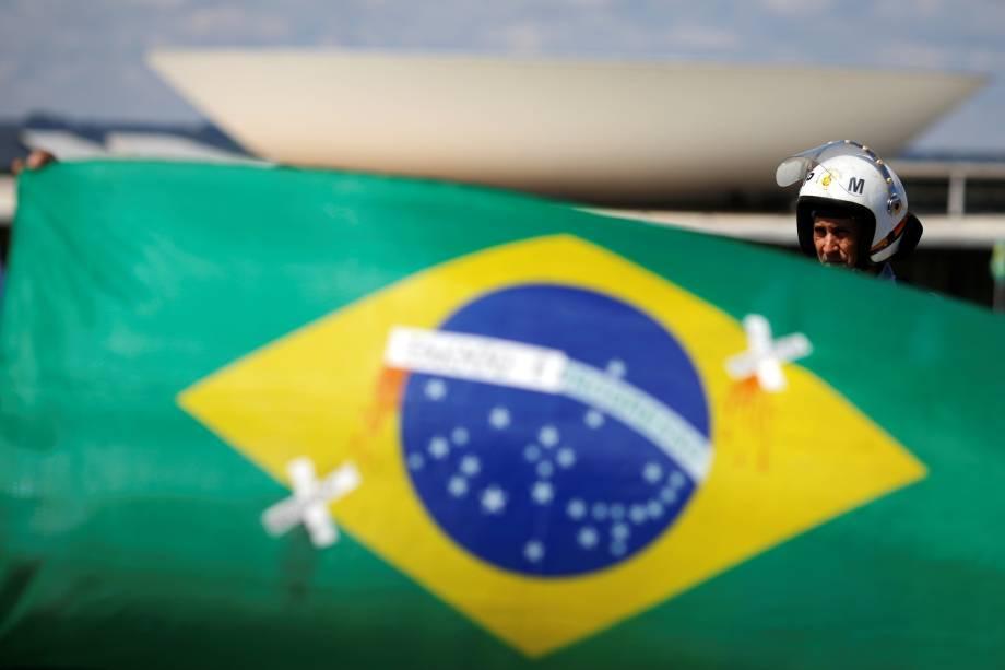 Bandeira do Brasil remendada em frente ao Congresso Nacional, durante protesto em Brasília - 15/05/2019