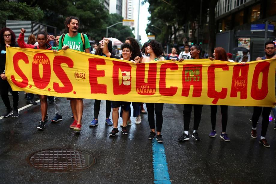 Estudantes com faixa durante protesto contra os cortes na área da educação e pesquisa anunciados pelo Governo Federal, no Rio de Janeiro - 15/05/2019