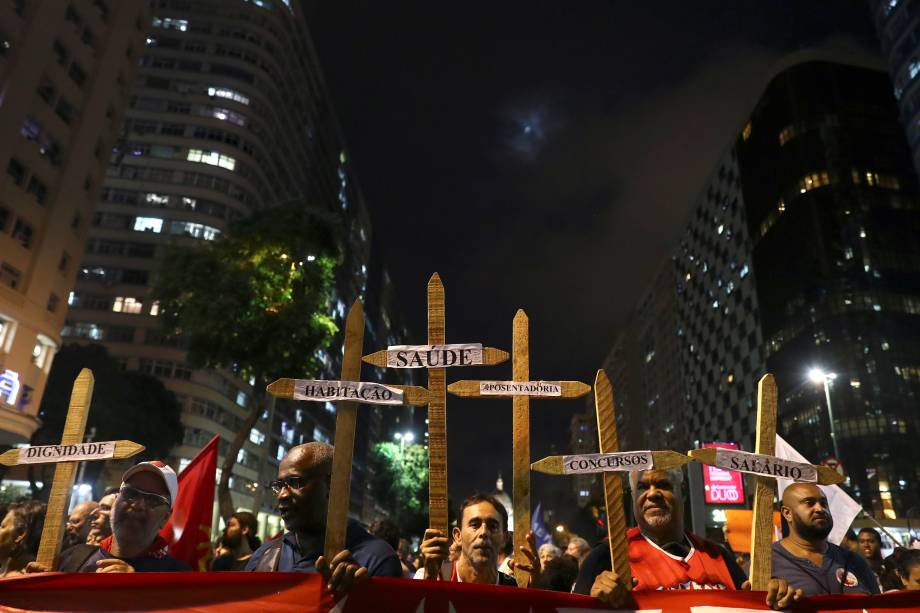 Manifestantes carregam cruz de madeira durante protesto contra os cortes na área da educação e pesquisa anunciados pelo Governo Federal, no Rio de Janeiro - 15/05/2019