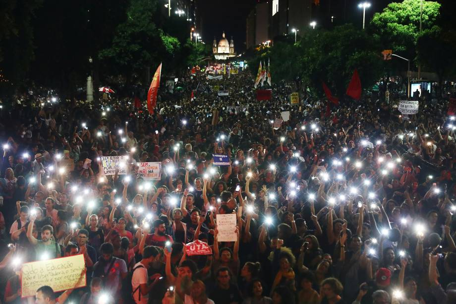 Manifestantes acendem lanternas de celulares durante protesto contra o corte de verbas de universidades, no Rio de Janeiro (RJ) - 15/05/2019