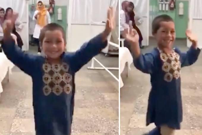 Menino afegão dança após receber prótese