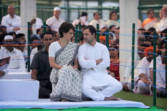 O candidato do Partido do Congresso, Rahul Gandhi, o ´príncipe´, e sua irmã em homenagear a seu pai, o ex-primeiro ministro indiano Rajiv Gandhi, em Nova Delhi – 21/05/2019