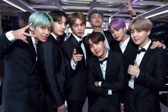 """Banda BTS nos bastidores durante o 61º Annual GRAMMY. Eles subiram ao palco para a entrega do prêmio de """"Melhor Álbum de R&B"""" e se tornaram o primeiro grupo de k-pop a apresentar uma categoria na premiação. - 10/02/2019"""