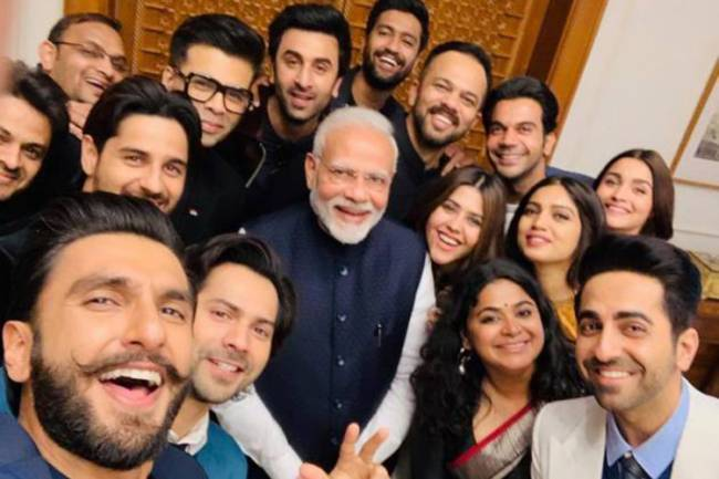 Atores de Bollywood com o primeiro-ministro Narendra Modi: apoio à reeleição disparado pelo Twitter.