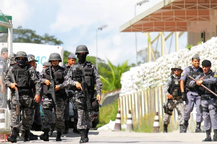 Policiais são vistos nos arredores do presídio localizado em Manaus (AM), após série de massacres no estado - 27/05/2019