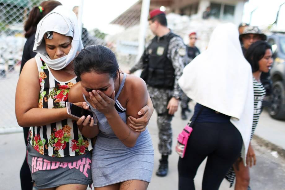 Parentes de presos choram na frente de complexo penitenciário após dezenas de presos serem mortos em massacre realizado em diversos presídios em Manaus (AM) - 27/05/2019