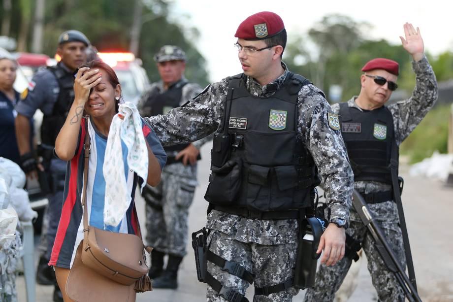 Parente de preso chora na frente de complexo penitenciário após massacre ser realizado em diversos presídios em Manaus (AM) - 27/05/2019