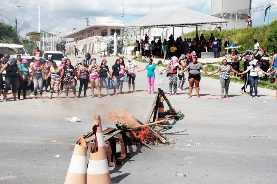 Parentes de presos bloqueiam a entrada de presídio localizado em Manaus (AM), após série de massacres serem registrados no estado - 27/05/2019