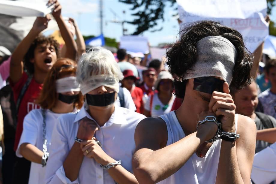 Estudantes são vistos com correntes durante protesto  contra cortes de verbas nas universidades em Brasília (DF) - 30/05/2019