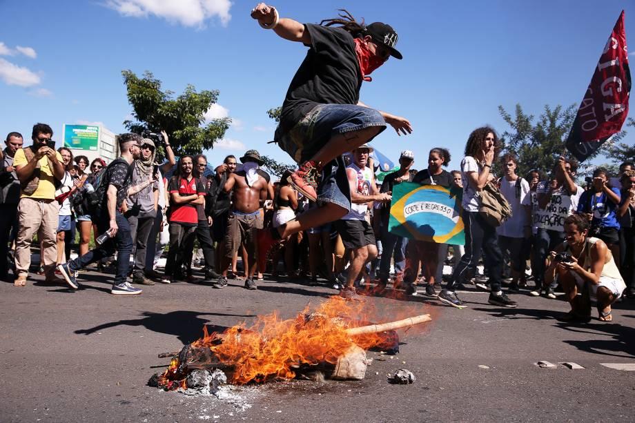 Manifestantes ateiam fogo a um boneco representando o presidente Jair Bolsonaro durante protesto contra bloqueios nas verbas da Educação em Brasília - 30/05/2019