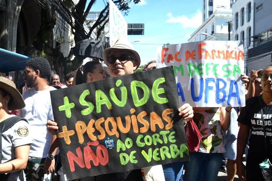 Professores e estudantes erguem cartazes durante protesto realizado no centro de Salvador (BA) - 30/05/2019