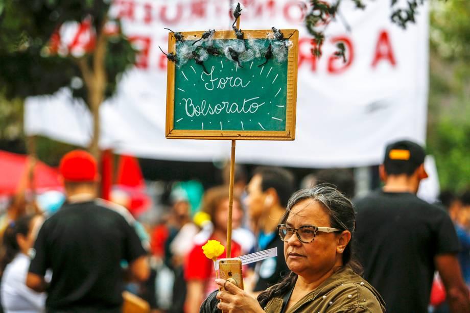 Mulher carrega placa durante protesto contra os cortes realizados nas universidades, realizado em São Paulo (SP) - 30/05/2019