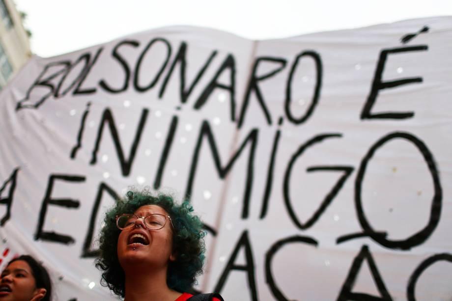 Estudante grita palavras de ordem durante protesto realizado contra os cortes realizados nas universidades, no Rio de Janeiro (RJ) - 30/05/2019