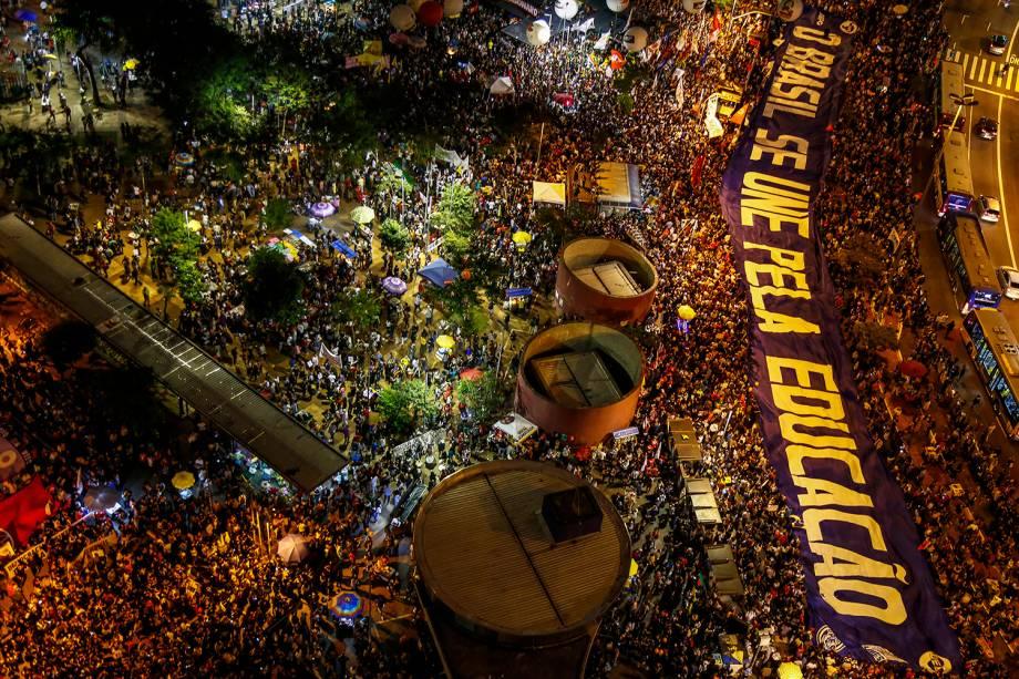 Vista aérea mostra estudantes protestando contra o corte de verbas nas universidades, no Largo da Batata, zona oeste de São Paulo (SP) - 30/05/2019