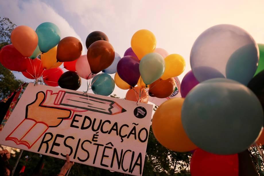 Placa com os dizeres 'Educação é resistência', é vista durante protesto realizado em São Paulo (SP) - 30/05/2019