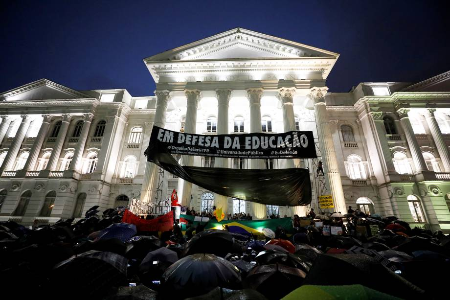 Protesto contar o corte de verba nas universidades, realizado na frente da Universidade Federal do Paraná - 30/05/2019