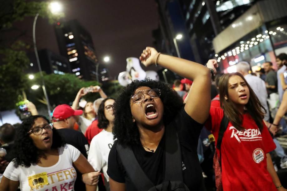 Manifestantes gritam palavra de ordem durante protesto contra o corte de verba nas universidades, realizado em São Paulo (SP) - 30/05/2019
