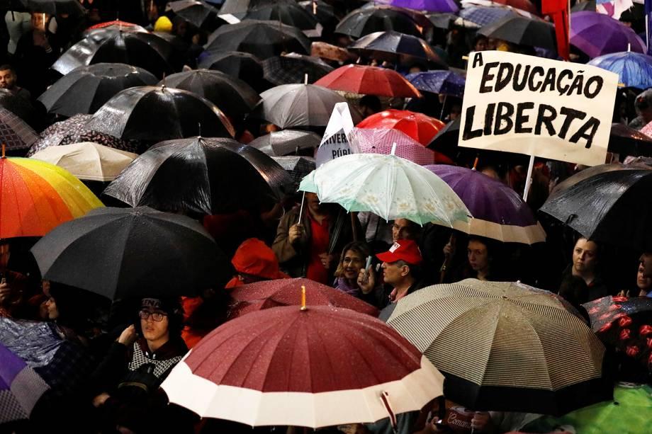 Manifestantes são vistos com guarda-chuva durante protesto contra cortes nas universidades, na frente da Universidade Federal do Paraná, em Curitiba (PR) - 30/05/2019