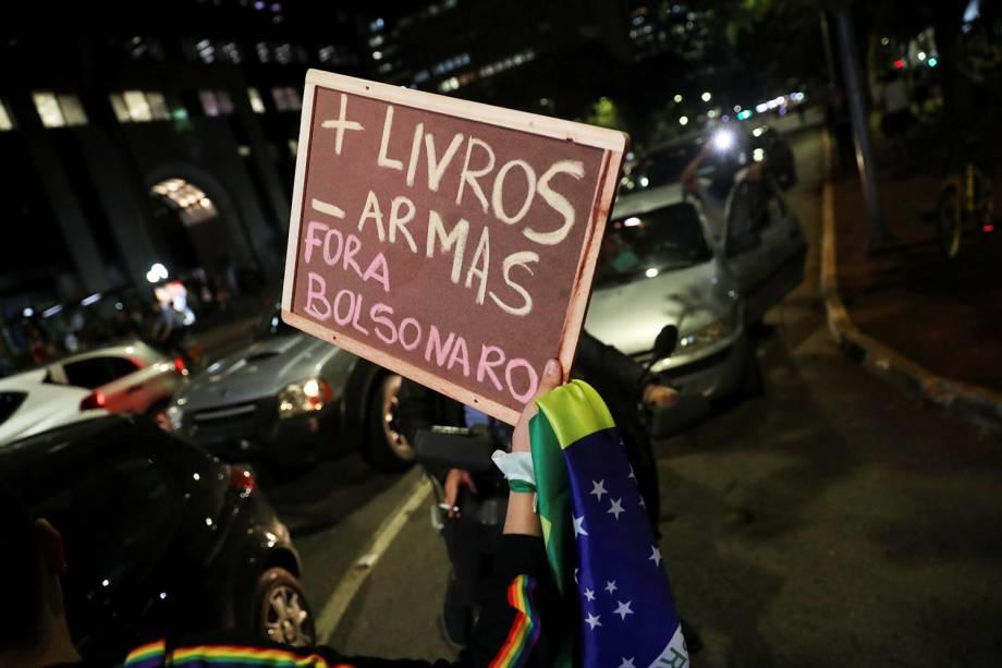 Manifestante exibe placa durante protesto contra corte nas universidades realizado em São Paulo (SP) - 30/05/2019