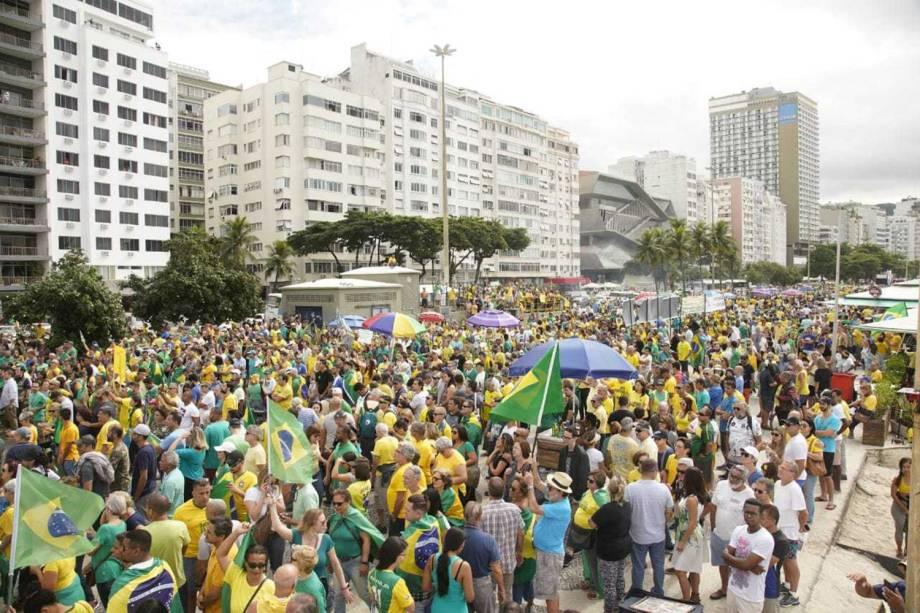 Manifestantes em apoio ao governo do presidente Jair Bolsonaro protestam na orla de Copacabana, no Rio de Janeiro (RJ) - 26/05/2019