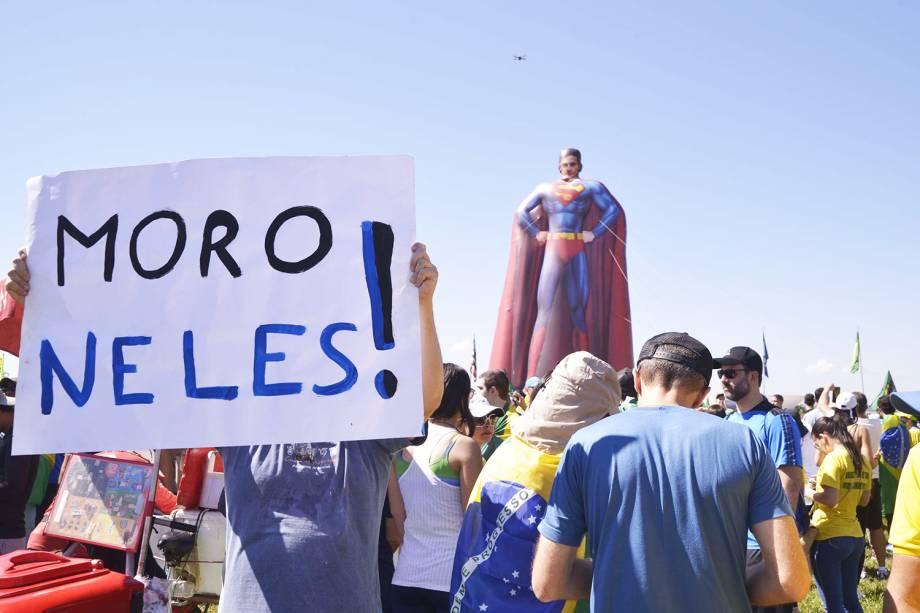 Manifestante exibe cartaz em apoio ao ministro da Justiça e Segurança Pública, Sergio Moro, durante protesto realizado em Brasília (DF) - 26/05/2019