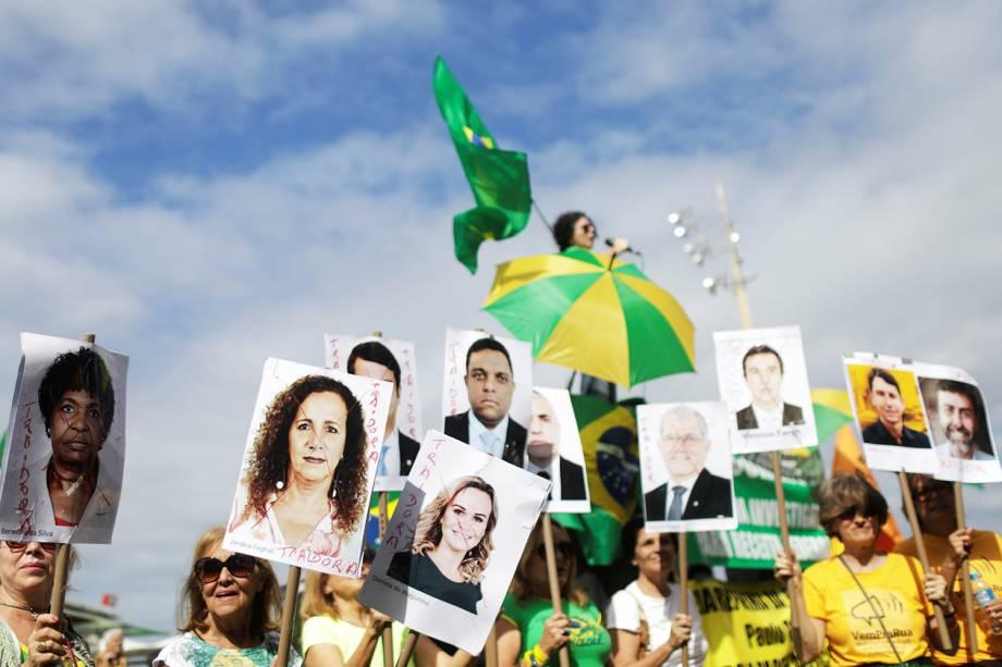 Manifestantes exibem placas com rostos de políticos durante protestos  em apoio ao governo Bolsonaro, na orla da Praia de Copacabana, no Rio de Janeiro (RJ) - 26/05/2019