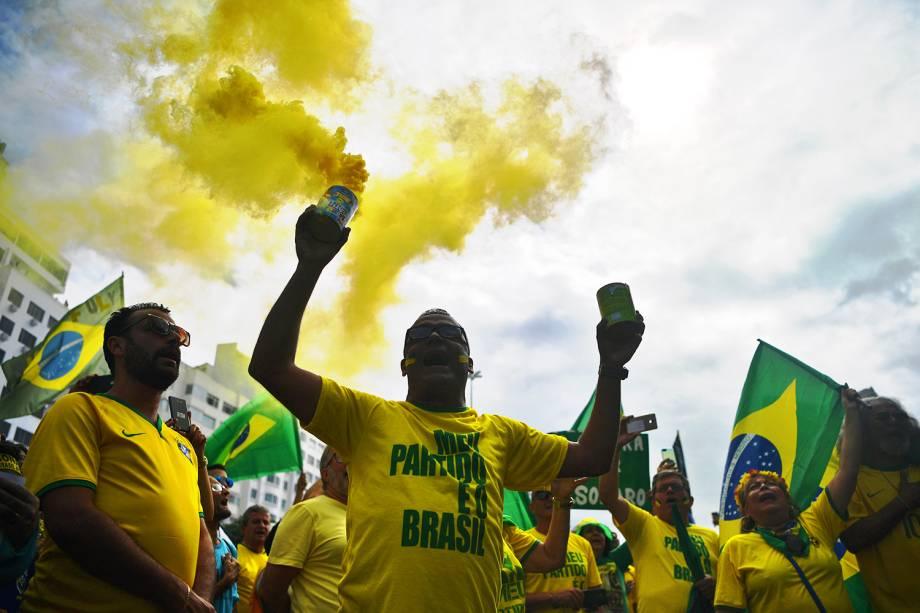Manifestantes gritam palavras de ordem durante protesto em apoio ao presidente Jair Bolsonaro, no Rio de Janeiro (RJ) - 26/05/2019