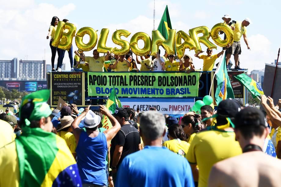 Apoiadores do presidente Jair Bolsonaro exibem balões que formam o nome do chefe do Executivo, durante protesto em Brasília (DF) - 26/05/2019 Supporters of Brazilian President Jair B