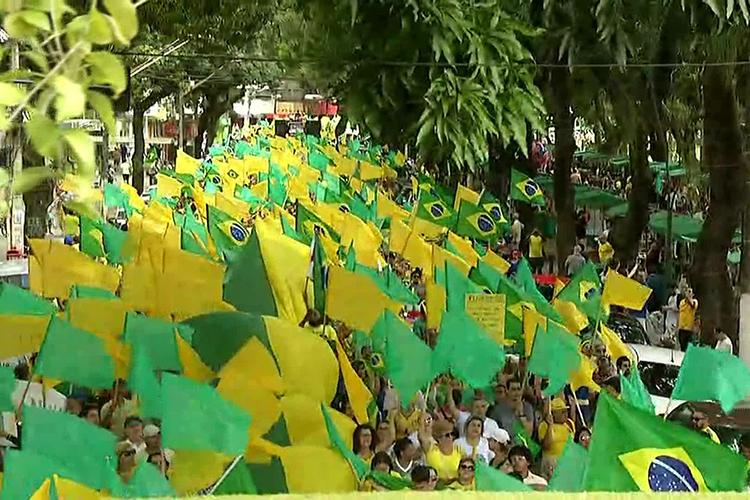Manifestantes carregam bandeiras do Brasil durante protesto a favor do governo Bolsonaro na Avenida Presidente Vargas, em Belém(PA) - 26/05/2019