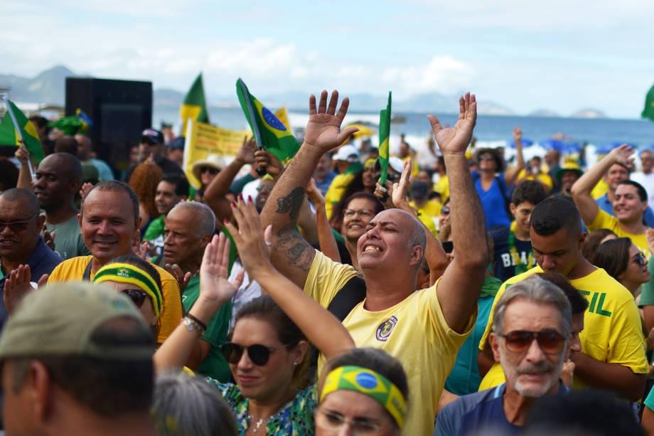 Manifestantes a favor do governo Bolsonaro se reúnem nos arredores da Praia de Copacabana, no Rio de Janeiro (RJ) - 26/05/2019
