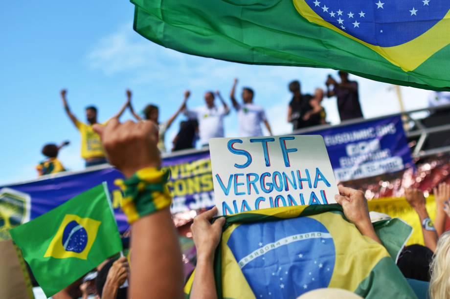 Manifestante exibe placa durante protesto em apoio ao presidente Jair Bolsonaro, na orla na Praia de Copacabana, no Rio de Janeiro (RJ) - 26/05/2019