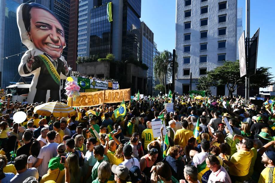 Apoiadores do presidente Jair Bolsonaro erguem pixuleco na Avenida Paulista, em São Paulo (SP), durante protesto - 26/05/2019
