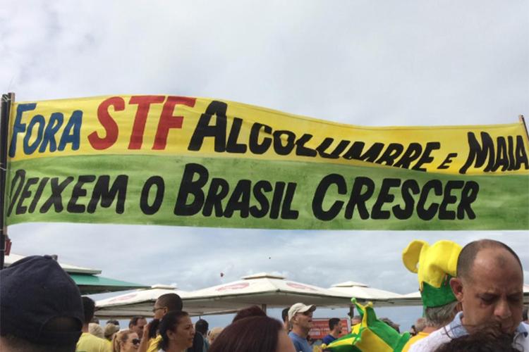 Manifestante carrega faixa durante protesto a favor do governo Bolsonaro nos arredores  da Praia de Copacabana, no Rio de Janeiro (RJ) - 26/05/2019